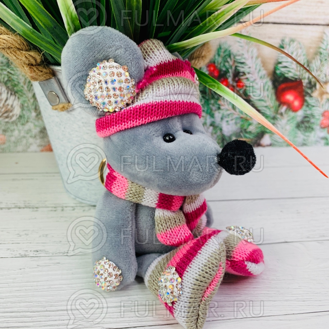 Брелок со стразами Крыска в вязаном костюмчике цвет: серый-розовый
