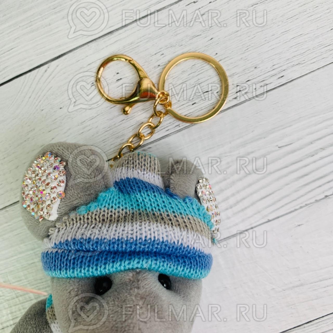 Брелок со стразами Крыска в вязаном костюмчике цвет: серый-голубой