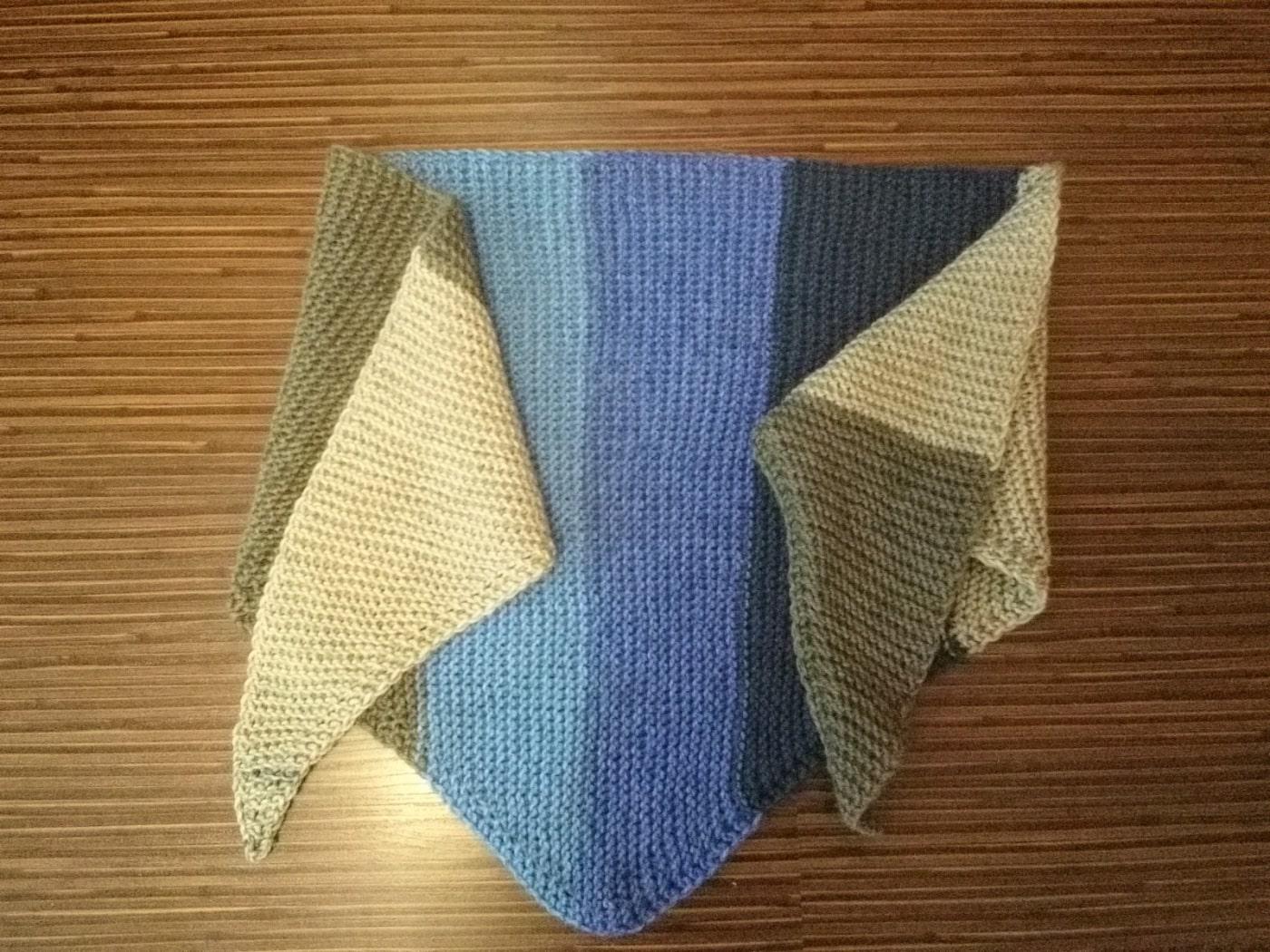 Бактус вязаный (треугольный шарф)