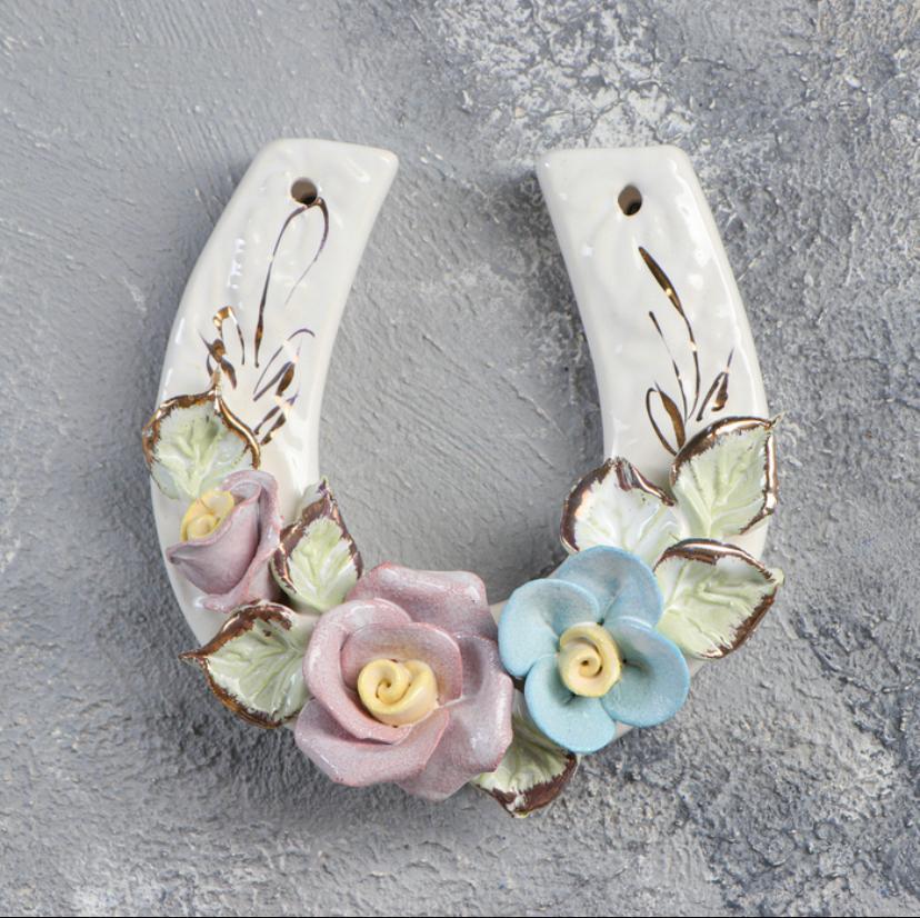Сувенир подвесной Подкова в цветах цветная лепка керамика ручная работа 12 см